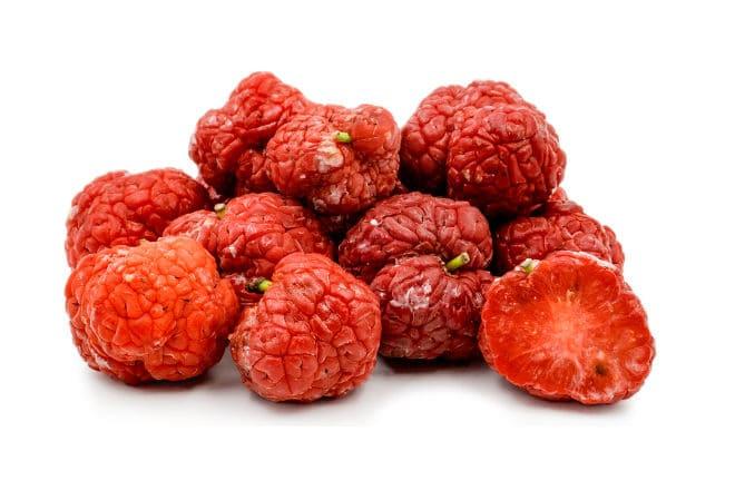 Что из себя представляют плоды клубничного дерева?